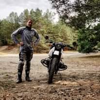 Bild könnte enthalten: 1 Person, Motorrad, Baum, im Freien und Natur